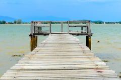 Gammal wood bro på stranden Royaltyfri Fotografi