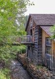 Gammal wood byggnad på den lilla flodbanken Royaltyfria Foton