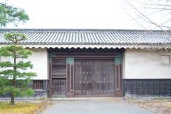 Gammal wood dörr i den Ninomaru slotten på den Nijo slotten i Kyoto Arkivfoto