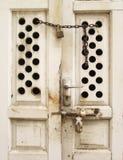Gammal wood dörr i forntida Thailand Arkivbild