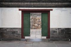 Gammal wood dörr i porslin royaltyfri foto