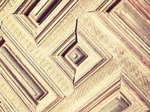 gammal wood dörr med fyrkanter och rektanglar som målas i ljus - brunt Arkivfoton