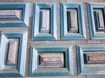 gammal wood dörr med rektanglar som målas i ljus - blått och lilor Royaltyfri Bild