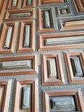gammal wood dörr med rektanglar som målas i ljus - brunt och gräsplan Arkivfoto