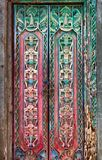 Gammal wood dörr med traditionellt indonesiskt snida Royaltyfri Fotografi