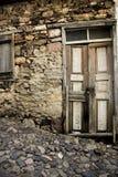 Gammal wood dörr- och stenväg Arkivfoto