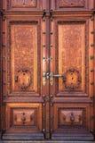 Gammal wood dörr på det Peles museet, Sinaia Rumänien Arkivbilder