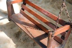 Gammal wood gunga i lekplatsen med solljus Royaltyfria Bilder