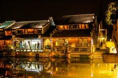 Gammal wood kinesisk stad vid natt Royaltyfri Fotografi