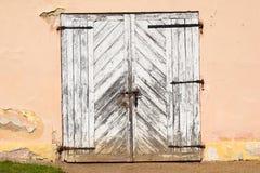 Gammal Wood port i beige vägg Royaltyfri Foto