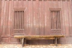 Gammal wood stol med det retro wood fönstret Royaltyfria Bilder