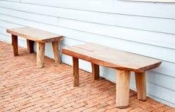 Gammal wood stol på den wood väggen Royaltyfri Fotografi