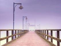 Gammal wood strandbro i Goehren med inget Höstligt dimmigt väder royaltyfri bild