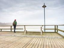 Gammal wood strandbro i Goehren med inget Höstligt dimmigt väder arkivfoto