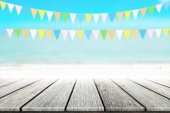 Gammal wood tabellöverkant på suddig strandbakgrund med kokosnötbladet Arkivbild