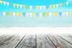 Gammal wood tabellöverkant på suddig strandbakgrund med kokosnötbladet Royaltyfri Fotografi