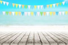 Gammal wood tabellöverkant på suddig strandbakgrund med kokosnötbladet Arkivfoto