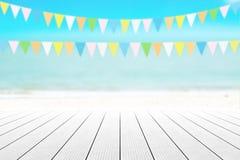 Gammal wood tabellöverkant på suddig strandbakgrund med kokosnötbladet Royaltyfri Foto