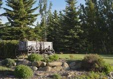 Gammal Wood vagn med blommor Royaltyfria Bilder