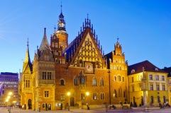 gammal wroclaw för stadshusnatt Arkivfoto