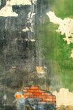 Gammal yttre vägg av en övergiven fabrik Royaltyfria Bilder