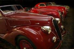 Gammala bilar i garage Arkivfoto