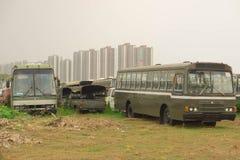 gammala bilar Lämnades på gräsmattan Arkivbild