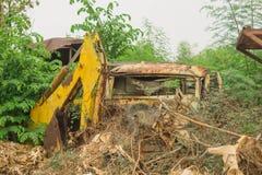 gammala bilar Lämnades på gräsmattan Royaltyfria Foton