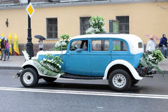 gammala bilar ståtar peterburgsainten Arkivbilder