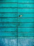 gammala blåa dörrar Trä texturerar Textur av metall Arkivfoton