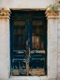 gammala blåa dörrar Trä texturerar Textur av metall Royaltyfri Bild