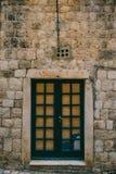 gammala blåa dörrar Trä texturerar Textur av metall Arkivbilder