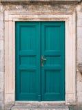 gammala blåa dörrar Trä texturerar Textur av metall arkivbild