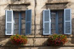 Gammala blåa fönster Brantome Frankrike Arkivbild