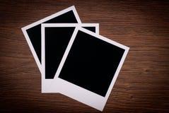 Gammala blanka foto inramniner att ligga på en wood yttersida Royaltyfria Bilder