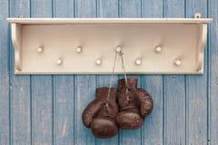 gammala boxninghandskar Arkivbild