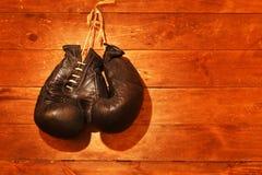 gammala boxninghandskar Arkivfoton