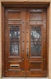 gammala bruna dörrar royaltyfri foto