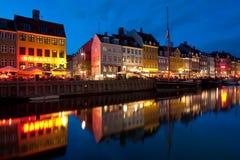 Gammala byggnader i Nyhavn på natten Arkivbild