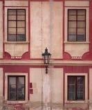 Gammala byggnadsfönster Arkivbild