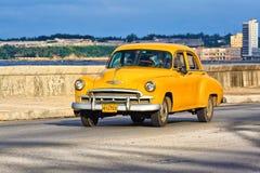 Gammala Chevrolet på Maleconen i Havana Royaltyfri Bild