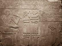Gammala egypt hieroglyphs sned på stenen Arkivfoto
