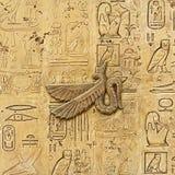 Gammala egypt hieroglyphs som snidas på stenen Arkivfoton