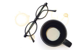 Gammala exponeringsglas, kaffe kuper och fläckar av kaffe Arkivfoto