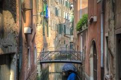 Lägenheter på en kanal, Venedig, Italien arkivfoto