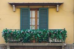 gammala fönster för balkong Arkivbild