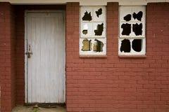gammala fönster för broken byggnad Royaltyfri Fotografi