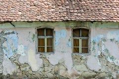 gammala fönster för hus Arkivfoto