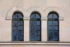 gammala fönster för välvd byggnad Royaltyfri Foto