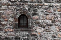 Gammala fönster på tegelstenväggen Arkivbilder